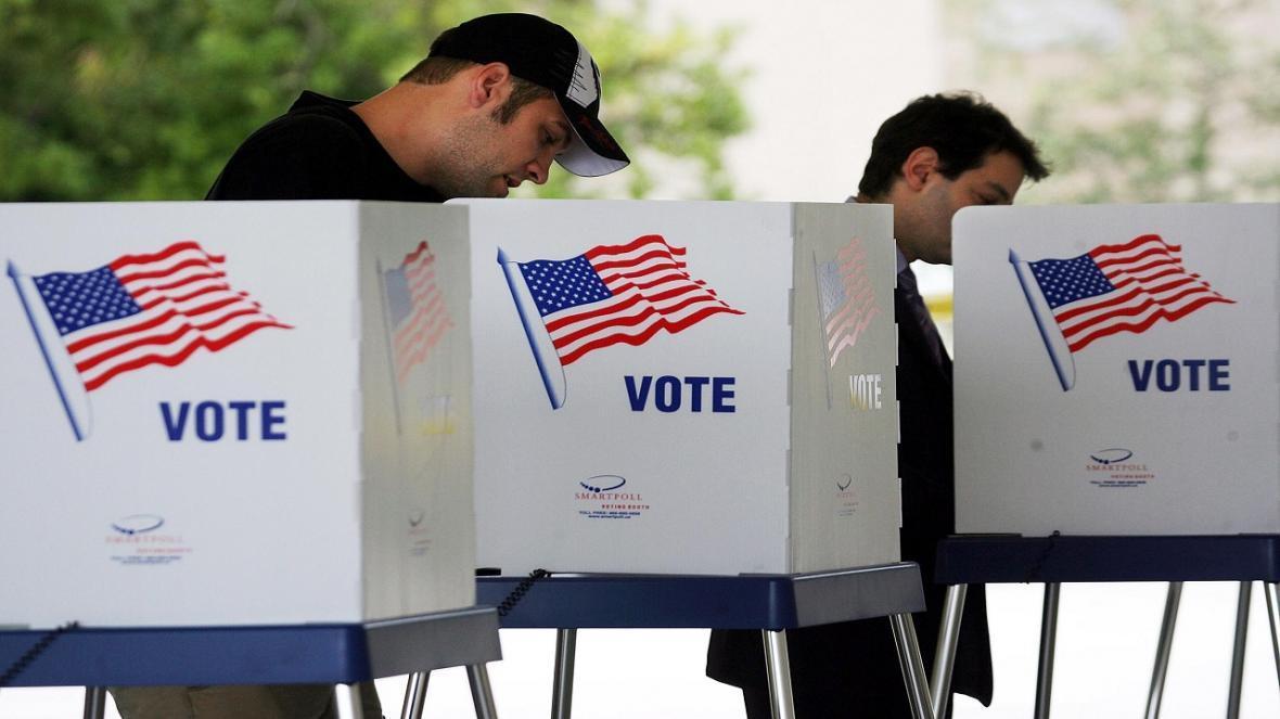 شکایت مردم از کارشکنی فرماندار ایالت تگزاس در محدود کردن صندوق های اخذ رای