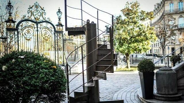 خبرنگاران پلکان برج ایفل فروخته شد